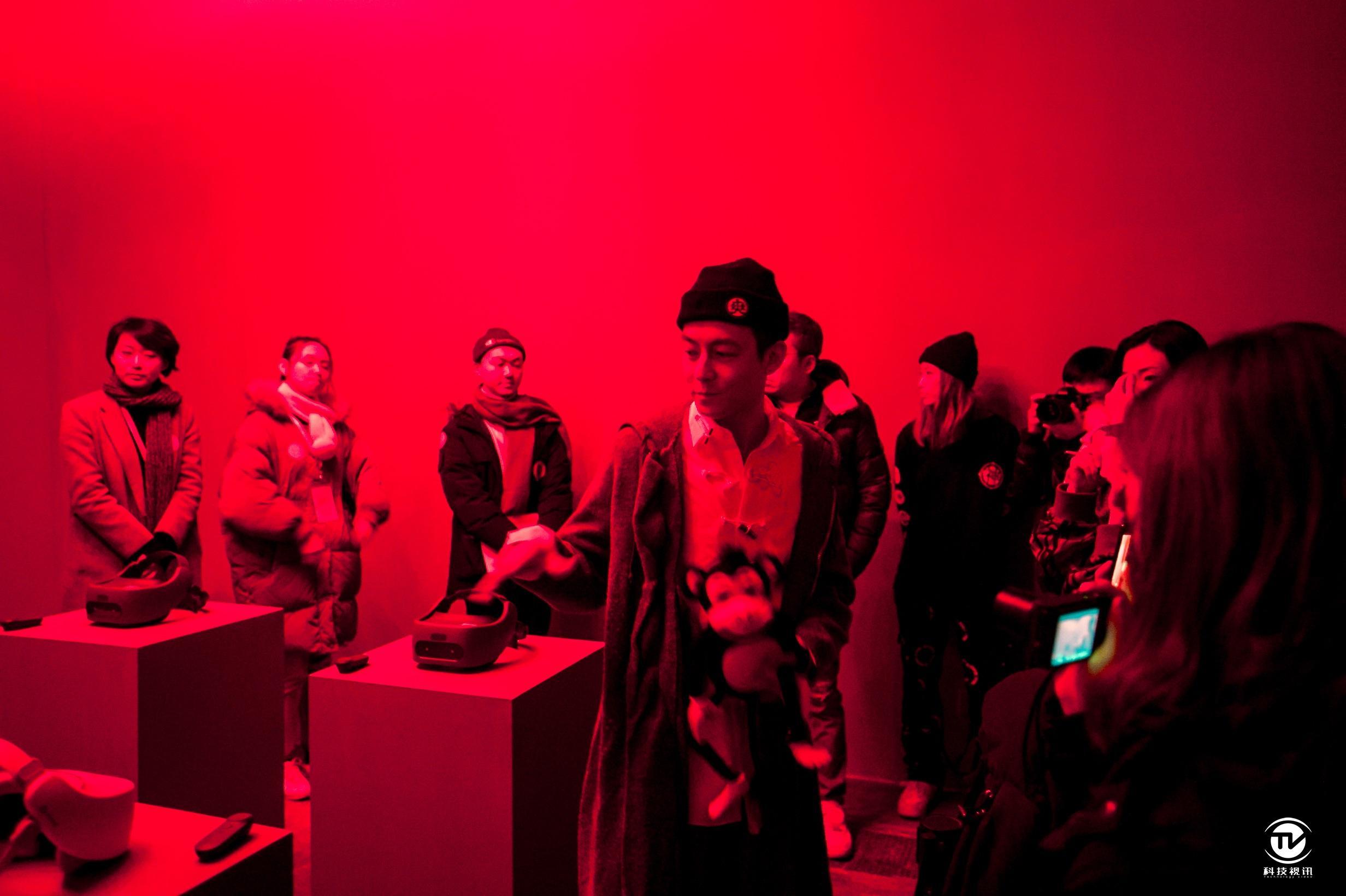 "VIVE FOCUS亮相陈冠希""音术""艺术展 高端VR一体机提升观展体验 (2).JPG"
