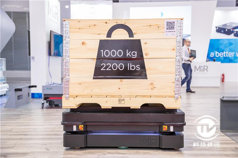 首次在华公开展示的MiR1000机器人最高可负载1吨.jpg